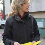Marga Wiehler verteilt Handzettel